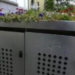 Bepflanzte Mülltonnen